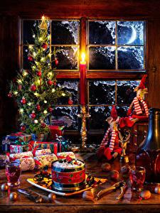 Фотографии Новый год Натюрморт Вино Орехи Новогодняя ёлка Шар Гирлянда Подарок Бутылка Рюмки Окна Пища