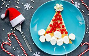 Фотографии Рождество Сладости Ягоды Тарелка Снежинка Шапки Дизайна Зефирки Пища