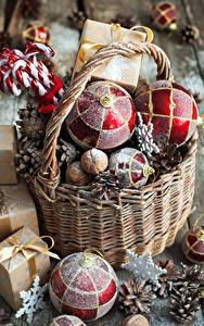 Картинки Новый год Сладкая еда Корзинка Шарики Шишки Подарки