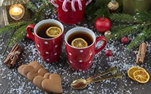 Фото Новый год Чай Печенье Лимоны Кружки Сердце Ложка Продукты питания