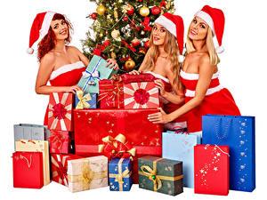 Картинка Рождество Втроем Униформа Шапки Подарки Улыбка Девушки