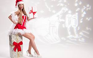 Картинки Рождество Униформа Шапки Сидящие Ноги Туфли Бантик Подарки Девушки