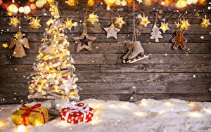 Фотографии Рождество Стенка Доски Новогодняя ёлка Коньки Подарки Электрическая гирлянда Звездочки