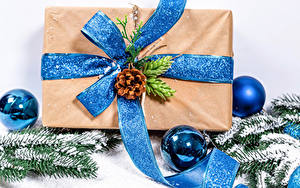 Картинка Рождество Белом фоне Шар Подарок Ветвь Шишка Снега Бантики
