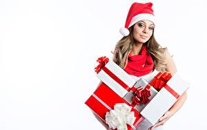 Обои Новый год Белый фон Блондинка Подарки Шапки Взгляд