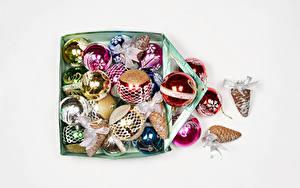 Фотография Рождество Белом фоне Коробка Шарики Шишки