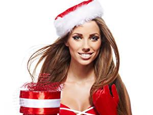 Фотографии Рождество Белый фон Шатенка Улыбка Подарки Шапки Перчатки Смотрит
