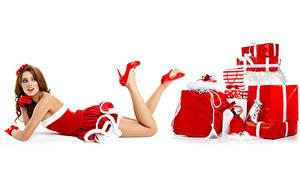 Фото Новый год Белым фоном Шатенки Униформа Подарок Ноги Туфель молодая женщина