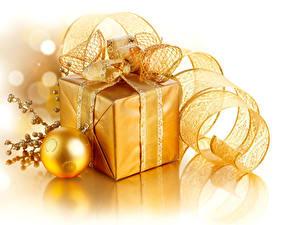 Фотографии Рождество Белый фон Подарки Шарики Лента Золотой