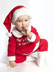 Обои для рабочего стола Новый год Белый фон Младенцы Униформа Шапки Взгляд Дети