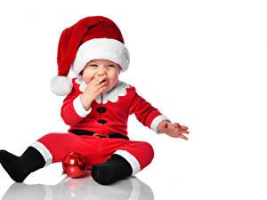 Картинки Новый год Белом фоне Грудной ребёнок Униформе Шапки Радость Шар Шаблон поздравительной открытки ребёнок