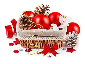 Фото Рождество Белом фоне Корзина Шар Звездочки Шишка Бантики