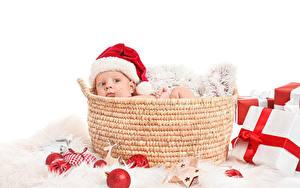 Картинки Рождество Корзина Грудной ребёнок Смотрит Подарок Шапка Шар