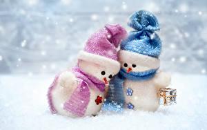 Фото Новый год Зимние Снеговики Двое Шапки Шарф Подарки
