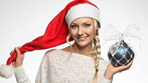 Обои Рождество Шапки Шар Косички Улыбка Серый фон Девушки