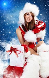 Фотографии Новый год Шапки Шатенка Сидящие Подарки Девушки