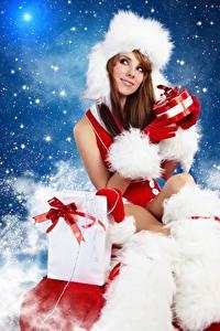 Фотографии Новый год Шапки Шатенка Сидящие Подарки