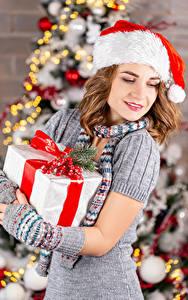 Обои Рождество В шапке Подарки Шатенка Девушки