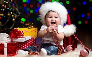 Фотография Рождество Шапки Грудной ребёнок Сидит Шарики Подарков Бантик Радость
