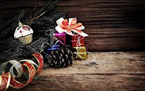 Обои Новый год Доски Ветки Шишки Подарки Лента Бантик