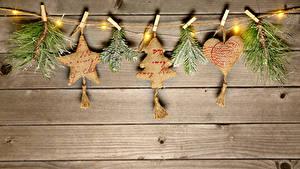 Обои Новый год Доски Ветки Звездочки Сердечко Электрическая гирлянда Прищепки