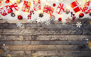 Фотография Новый год Доски Снеге Подарок Шар Снежинки Шишки