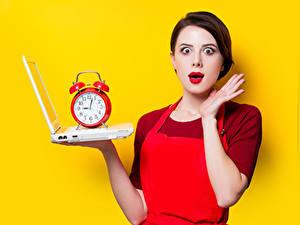 Картинки Часы Будильник Цветной фон Шатенка Ноутбуки Эмоции изумление Руки