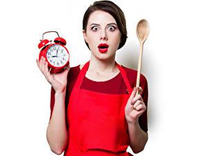 Картинки Часы Будильник Белый фон Шатенки Ложка Удивлен Красными губами Девушки