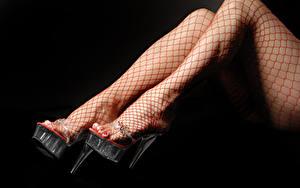 Фото Вблизи На черном фоне Ног Туфель Колготок девушка