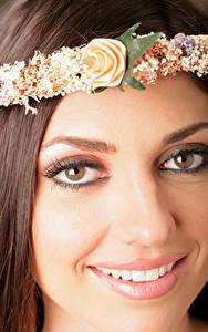 Обои Крупным планом Лицо Шатенка Волос Венком Улыбка Зубы Взгляд молодая женщина