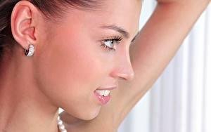 Картинки Вблизи Лица Смотрит Улыбается Красивая Серег девушка