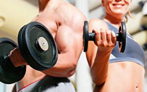 Фотографии Вблизи Фитнес Мужчины Боке Мускулы 2 Рука Гантеля спортивные Девушки
