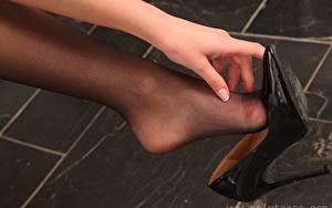 Обои Вблизи Ног Руки Туфлях Колготках Девушки