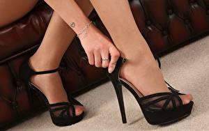 Обои Крупным планом Ноги Туфли Руки Колготок молодые женщины