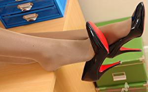 Картинка Вблизи Ноги Туфли Колготках девушка