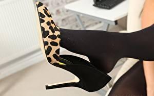 Обои Крупным планом Ноги Туфлях Колготок Девушки