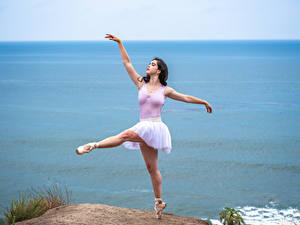 Фото Берег Танцует Балета Ноги Поза молодые женщины