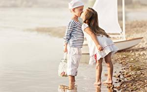 Картинки Побережье Девочки Мальчик Два Поцелуи Платье Банка Дети
