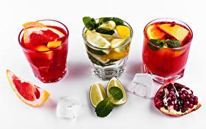 Фото Коктейль Алкогольные напитки Грейпфрут Лайм Гранат Белый фон Рюмки Лед