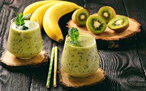 Картинки Коктейль Бананы Киви Доски Стакане Вдвоем Продукты питания