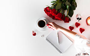 Картинка Кофе Букеты Розы День всех влюблённых Блокнот Шариковая ручка Чашка Серце Руки Цветы