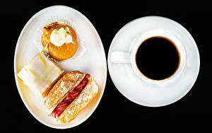 Фото Кофе Пирожное На черном фоне Тарелке Чашке Пища