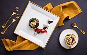 Картинка Кофе Конфеты Шоколад Ягоды Смородина Десерт Пирожное Вилки Ложки Чашке