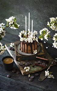 Фотографии Кофе Капучино Торты Свечи Шоколад Цветущие деревья Доски Стакан Ветки Пища Цветы
