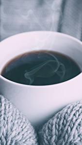 Фотографии Кофе Крупным планом Пары Чашке Рукавицах Пища