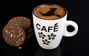 Фотографии Кофе Печенье На черном фоне Чашке Продукты питания