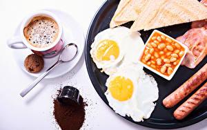 Фото Кофе Печенье Хлеб Сосиска Белый фон Завтрак Чашка Яичница