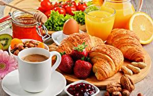 Картинка Кофе Круассан Сок Орехи Клубника Завтрак Чашка Стакан Яйцо Продукты питания