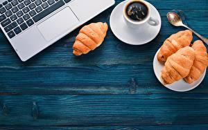 Обои Кофе Круассан Клавиатура Чашке Ложки Ноутбук Доски Шаблон поздравительной открытки Пища
