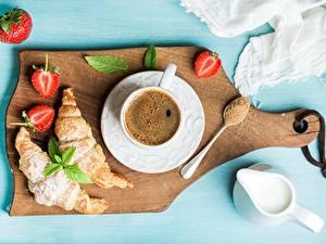 Картинка Кофе Круассан Клубника Завтрак Разделочная доска Чашке Блюдца Сахара Сливками Еда